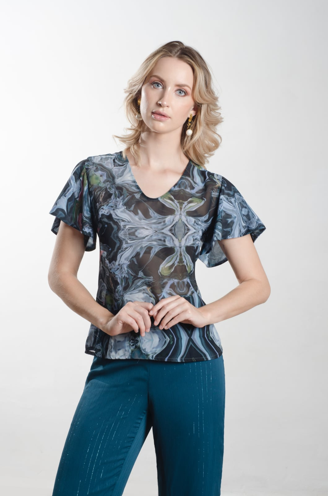 Blusa escote en v con mangas voladas - Chazari 4142-21